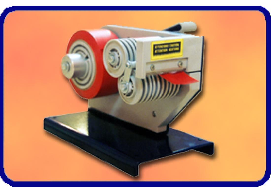 Tape unwinder with adjustable length for wide rolls of tape