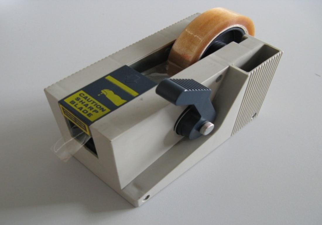 Tape unwinder with adjustable length for narrow rolls of tape